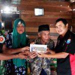 Ketua Umum KKT Berikan Bantuan Kepada Orang Kurang Mampu Yang Tak Bisa Melihat Selama Enam Tahun
