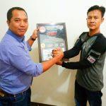 Ketua FPII Setwil Kalbar, Serahkan Penghargaan Kepada Wakil Ketua Komisi III DPRD Mempawah