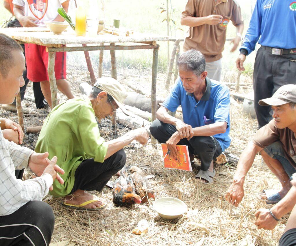 Masyarakat Desa Pusat Damai Lakukan Proses Ndudas