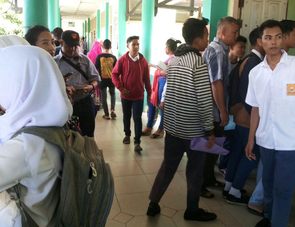 Ratusan Orang Tua Daftarkan Anaknya Ke Sekolah Baru