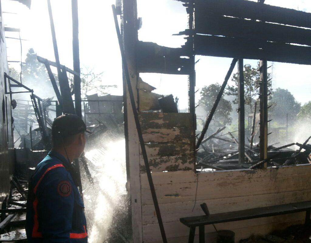Api Hanguskan Empat Rumah di Parit Pekong