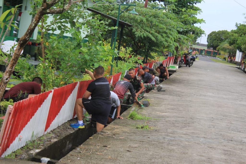 Sambut Ramadhan, Yonif R 631 Kerja Bakti Bersihkan Lingkungan