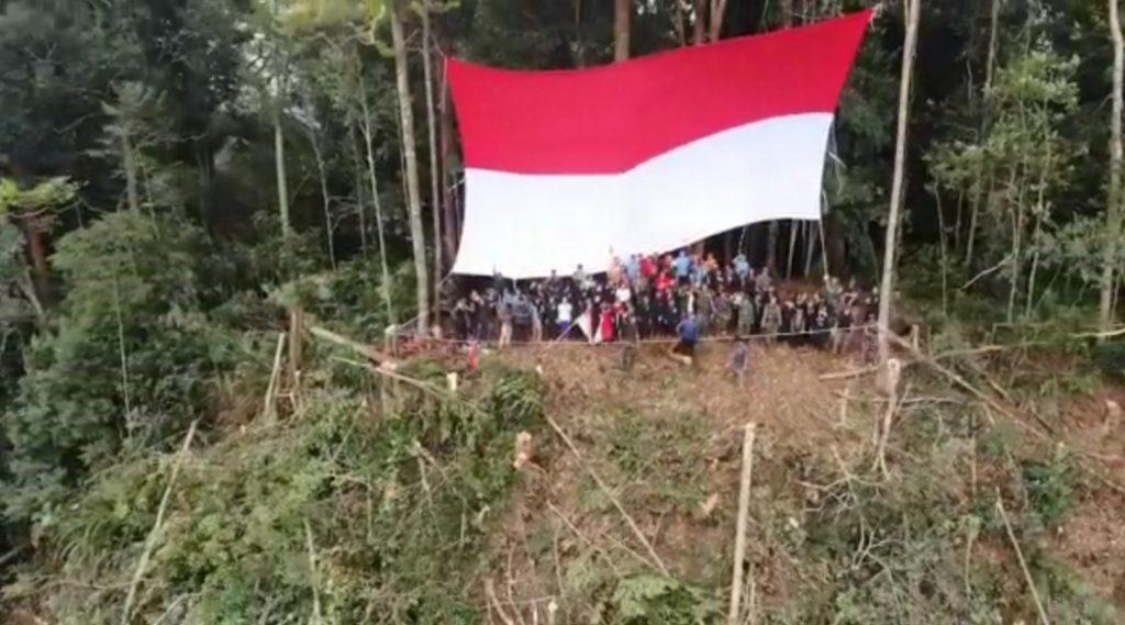Satgas Yonmek 643 Kibarkan Merah Putih di Puncak Gunung Entinyuh