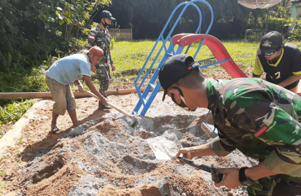 Peduli Pendidikan, Satgas Yonif 642/Kps bantu Warga Membangun TK