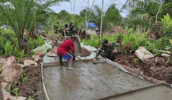 Semangat Membara personel Satgas Pamtas Yonif 642/Kps bersama Warga Perbaiki Jalan Setapak