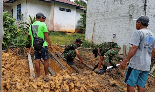 Wujudkan Pola Hidup Sehat Warga Perbatasan, Satgas Yonif 407/PK Karya Bhakti Pembuatan Jamban