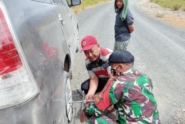 Satgas Yonif 642/Kps bantu Warga Perbaiki Mobil yang Alami Pecah Ban di Jalur Temajuk-Aruk
