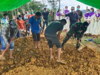 Manunggal Dengan Rakyat, Satgas Yonif 642/Kps Bantu Pemakaman Warga