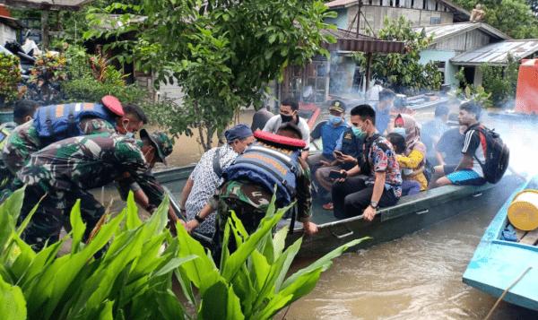Tanggap Bencana, Koramil Seluas Bantu Evakuasi Korban Banjir
