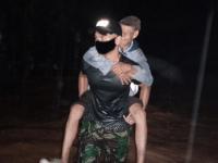 Tanggap Bencana, Satgas Pamtas Yonif 642 Langsung Bantu Warga Terdampak Banjir