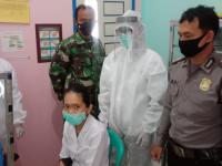 Bhabinkamtibmas Desa Lingga Brigadir Husin Pantau Vaksinasi Tahap 1 Terhadap Nakes Puskesmas Lingga Sungai Ambawang Kubu Raya