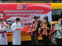 Lasarus Serahkan bantuan Bus Sekolah ke Seminari