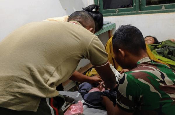 Satgas Yonif 407/PK Sigap Bantu Persalinan Darurat, Bayi Warga Perbatasan Lahir Selamat