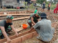Babinsa Sepandan Bersama Masyarakat Gotong Royong Bangun Rumah Warga Korban Kebakaran