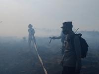 Kapolsek Sungai kakap Bersama Anggota Berjibaku Padamkan Lahan Di Desa Punggur Kecil