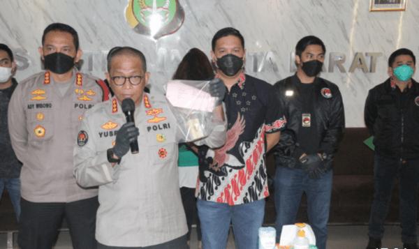 Polres Metro Jakarta Barat mengungkap kepemilikan narkoba atas selebritas yang juga suami dari pesinetron inisial JJ yang ditangkap beberapa hari lalu