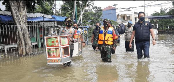 Kapolsek Kembangan Kompol H Khoiri Bersama Dengan Tiga Pilar Kembangan, Jakarta Barat, Melakukan Kunjungan Kepenampungan Warga Korban Banjir di RPTRA