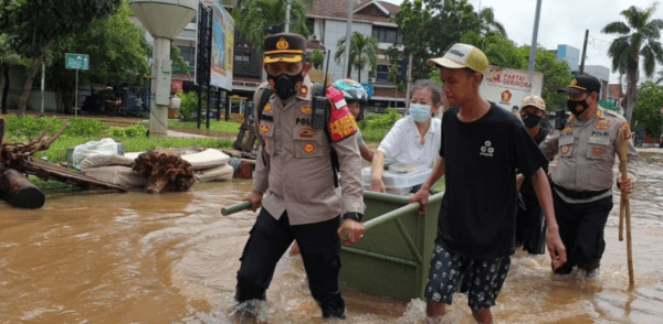 Kapolsek Kembangan, Jakarta Barat, Kompol H Khoiri mengevakuasi warga terjebak banjir