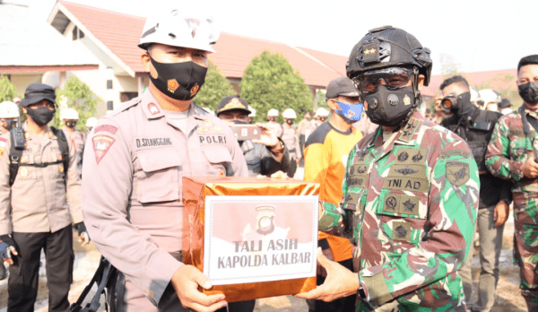 Semangati Satgas Karhutla, Pangdam XII/Tpr dan Kapolda Kalbar Berikan Bantuan