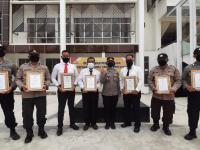 8 Personil Polsek Pontianak Kota Menerima Piagam Penghargaan