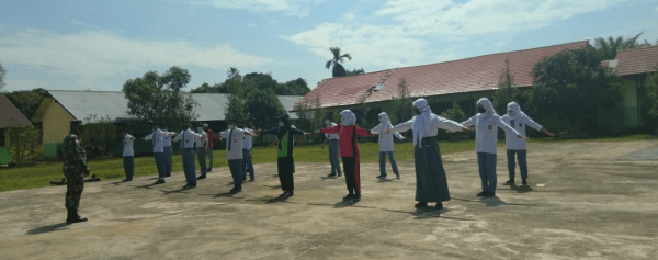 Tanamkan Disiplin Sejak Dini, Babinsa Sebawi Berikan Pelatihan PBB di Sekolah