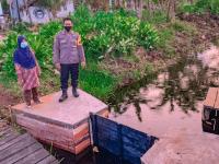 Cegah Kebakaran Hutan dan Lahan, Bhabinkamtibmas Lakukan Pembuatan Sekat Kanal Restorasi Lahan Gambut