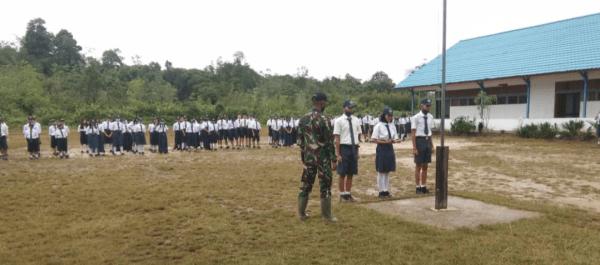 Latih Pengibaran Bendera, Upaya Satgas Pamtas Yonif 407 Bentuk Karakter Siswa-siswi SMPN 4 Ketungau Hulu