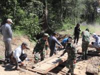 Semangat Gotong Royong, Satgas Pamtas Yonif 407 Bersama Warga Perbaiki Jembatan