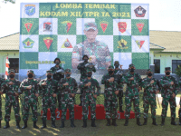 Serahkan Hadiah Lomba Menembak Senapan, Pangdam XII/Tpr : Jadikan Sebagai Bahan Evaluasi Pembinaan di Satuan