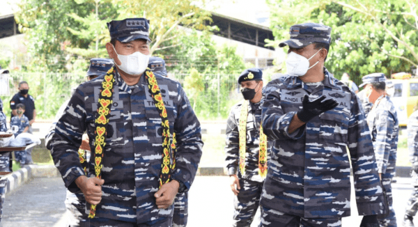 KEPALA STAF TNI ANGKATAN LAUT TIBA DI BANDARA SUPADIO DISAMBUT LANGSUNG OLEH DANLANTAMAL XII BRIGJEN TNI (MAR) ANDI RUKMAN