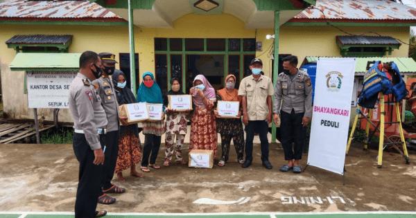 Kapolsek Sungai kakap Bersama Anggota Gelar Bakti Sosial Di Desa Sepuk Laut
