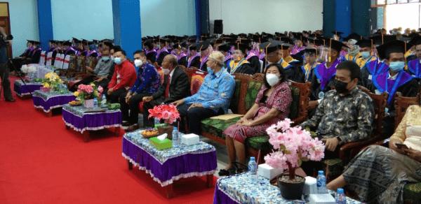 Arbudin Staf Ahli Bupati Sintang Hadiri Wisuda Ke XI STKIP Persada Khatulistiwa Sintang