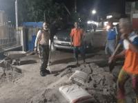 Perbaiki Akses Warga, Babinsa Penjajap Bersama Warga Kerja Bhakti Timbun Jalan