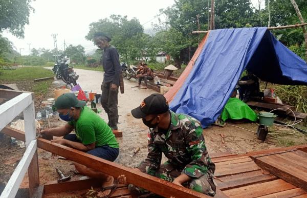 Rapuh Termakan Usia, Satgas Pamtas 407 Bersama Warga Kerja Bhakti Renovasi Jembatan