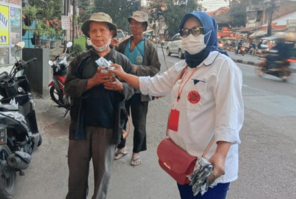 Relawan Indonesia Maju Bagikan Ribuan Takjil Gratis di Kota Bandung