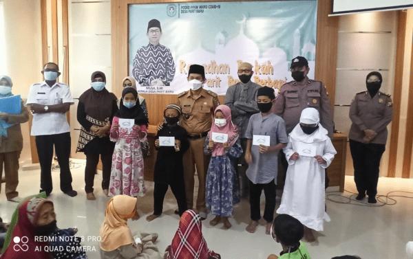 Satbinmas Polres Kubu Raya Berikan Santunan 105 Yatim Piatu Dan Dhuafa Di Kantor Desa Parit Baru