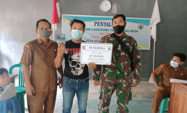 Babinsa Sungai Kunyit Dampingi Penyaluran BLT-DD, Serta Imbau Protokol Kesehatan