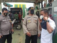 Satbinmas Polres Kubu Raya Bagikan Masker Di Pelabuhan rasau Jaya