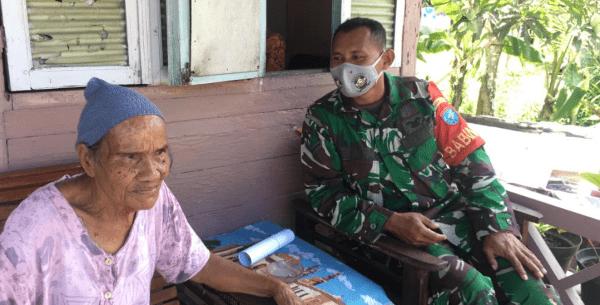 Datangi Rumah – kerumah Purnawirawan, Babinsa Mempawah Hilir Mendata Vaksinasi Lansia