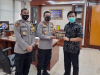 Wakapolres Kukar Kompol Aldi Alfa Faroqi Derahkan Brosur Penyelenggaraan Assesment Center PNPB Kepada Sekda