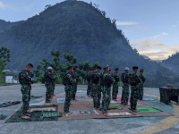 MERAYAKAN HARI RAYA IDUL FITRI, SATGAS TNI YONIF 756/WMS BERBAGI BERKAH DENGAN MASYARAKAT