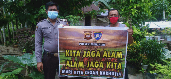 Polisi Bersama Masyarakatnya Untuk Mencegah Aksi Pelaku Yang Hendak Bakar Lahan Dengan Sengaja