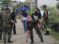 Wujudkan Kemanunggalan TNI-Rakyat Anggota Ajendam XII/Tpr Melaksanakan Pembersihaan Perkampungan