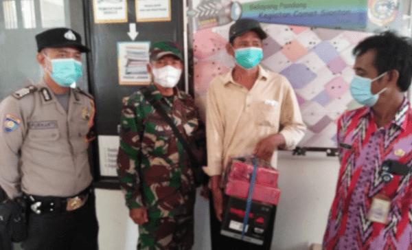 Babinsa Jungkat dan Bhabinkamtibmas Dampingi Dinsos Serahkan Bantuan ke Pelaku UMKM