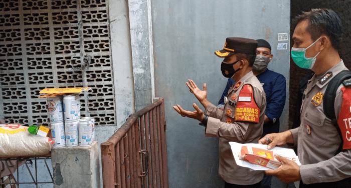Warga Kembangan, Jakarta Barat, Yang Diisolasi Terpapar Covid-19 Didatangi Polsek Kembangan.