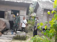 Danramil Sungai Kunyit bersama Kapolsek Tinjau Lokasi Bedah Rumah