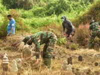 Peduli Terhadap Lingkungan, Yonkav 12/BC Bantu Masyarakat Bersihkan Pemukiman dan Pemakaman.
