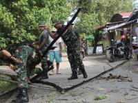 Prajurit Ajendam XII/Tanjungpura Membantu Warga Desa Banjar Serasan Menebang Pohon