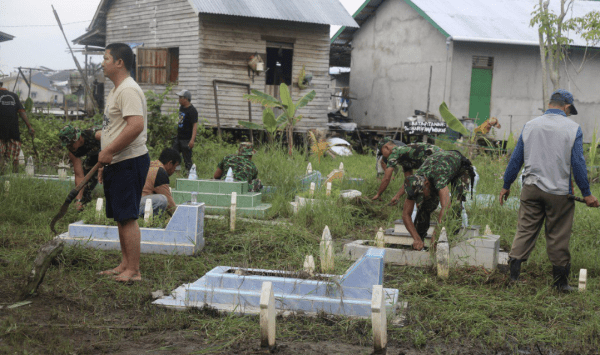 Prajurit Ajendam XII/Tanjungpura Bersama Warga Desa Banjar Serasan Membersihkan Makam
