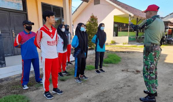 Tingkatkan Kedisiplinan Dan Karakter Melalui Latihan PBB Babinsa Koramil 1201-04 Sungai Kunyit kepada Siswa SMA N Sungai Kunyit